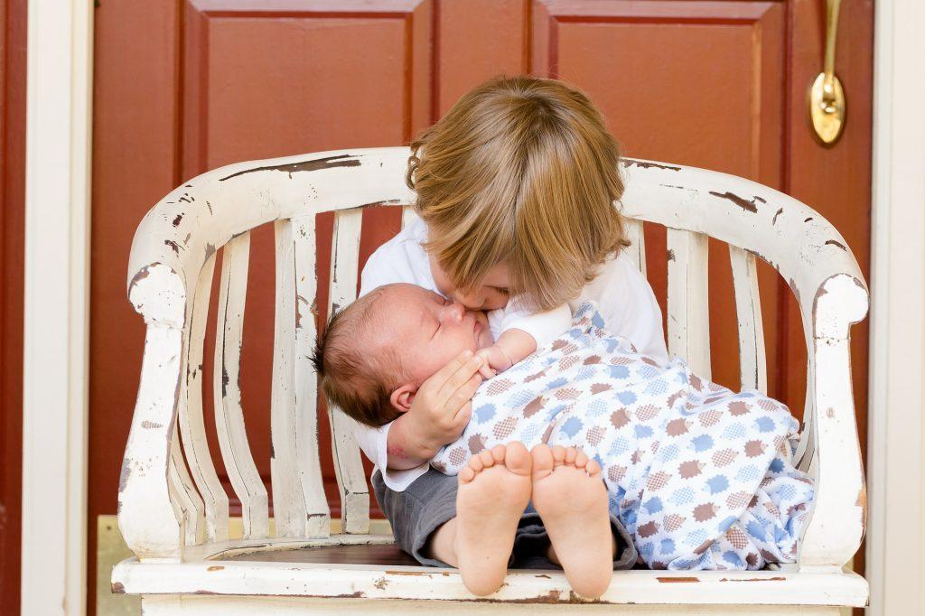 Muchos niños sienten celos de su nuevo hermanito